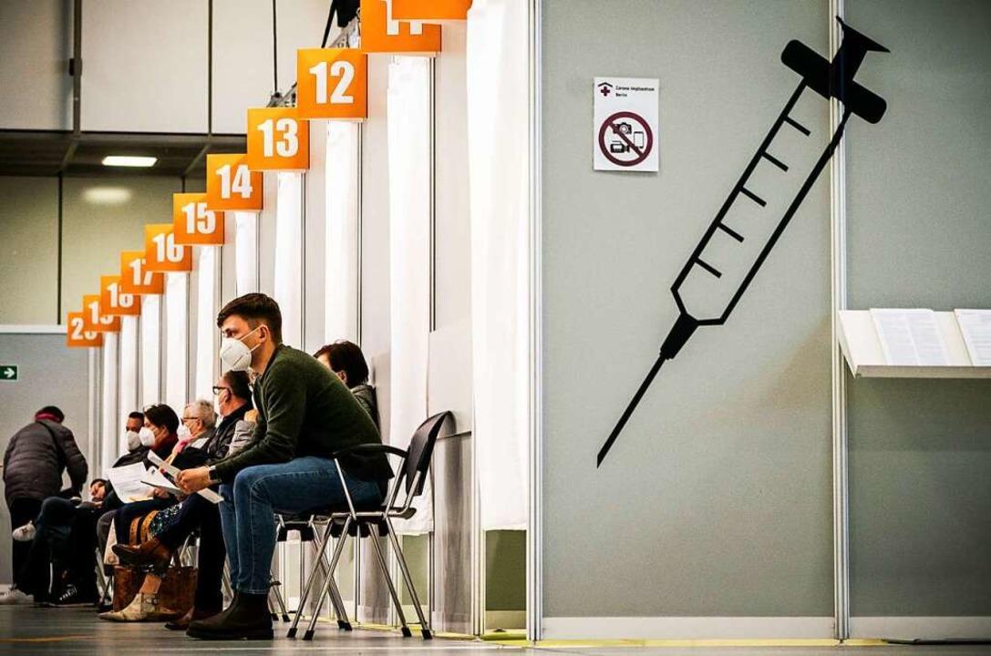 Szene aus einem Berliner Impfzentrum: ...in Angela Merkel am heutigen Dienstag.    Foto: Michael Kappeler (dpa)