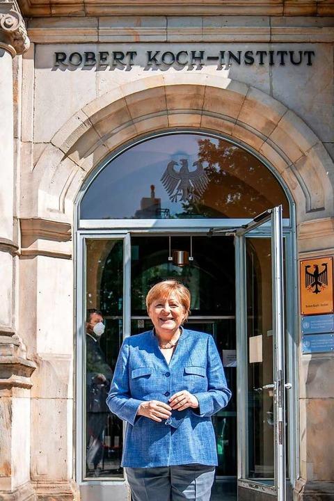 Bundeskanzlerin Angela Merkel bei ihrem Besuch im RKI am Dienstag.    Foto: MICHAEL KAPPELER (AFP)