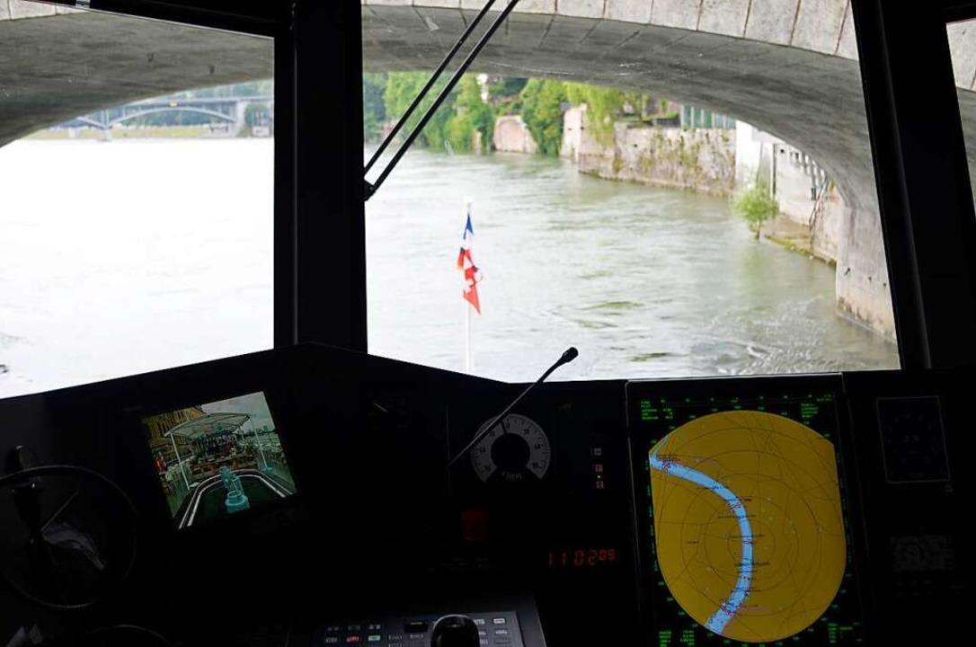Blick aus dem Steuerhaus: Umso höher d...tärn unter der Mittleren Brücke durch.  | Foto: Savera Kang