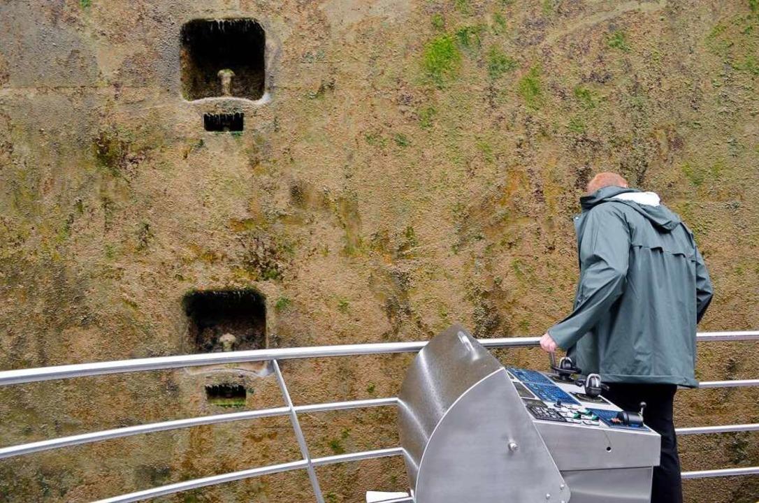 30 Zentimeter trennen das Schiff von der Schleusenwand.  | Foto: Savera Kang
