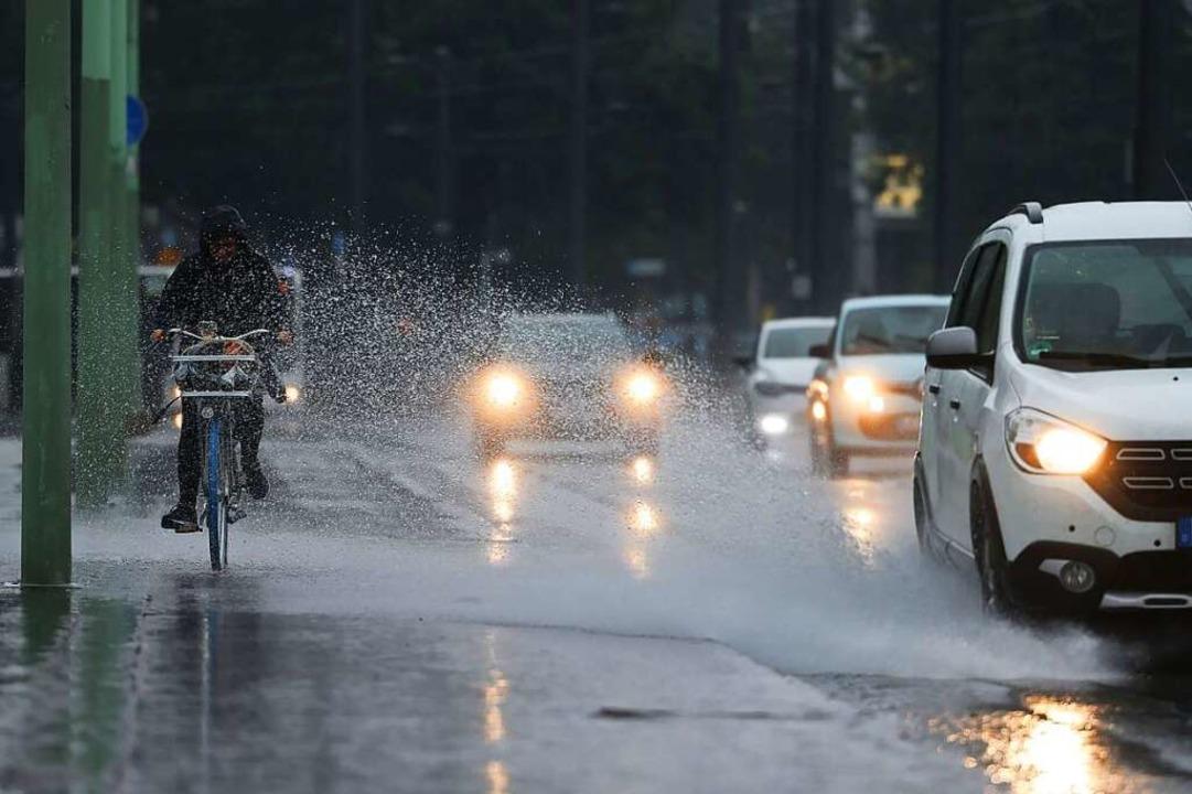 Nicht das Wetter, was der Juli normale...arkregen – und den Folgen davon.  | Foto: Oliver Berg (dpa)