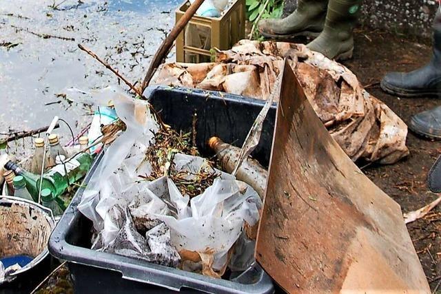 Fischereipächter aus Lahr ärgert sich über über den Müll in der Schutter