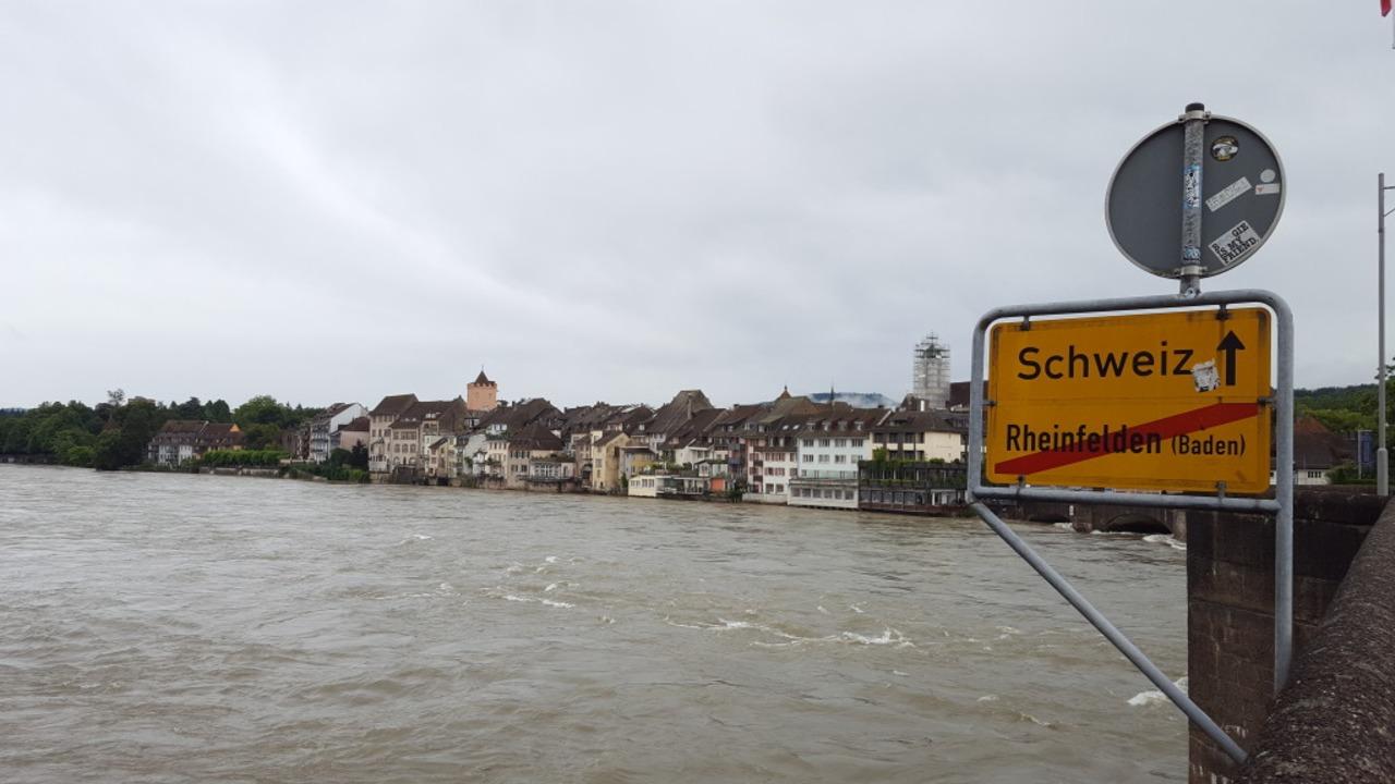 Der Rhein erreicht bei Rheinfelden einen hohen Pegel.  | Foto: Stefan Mertlik