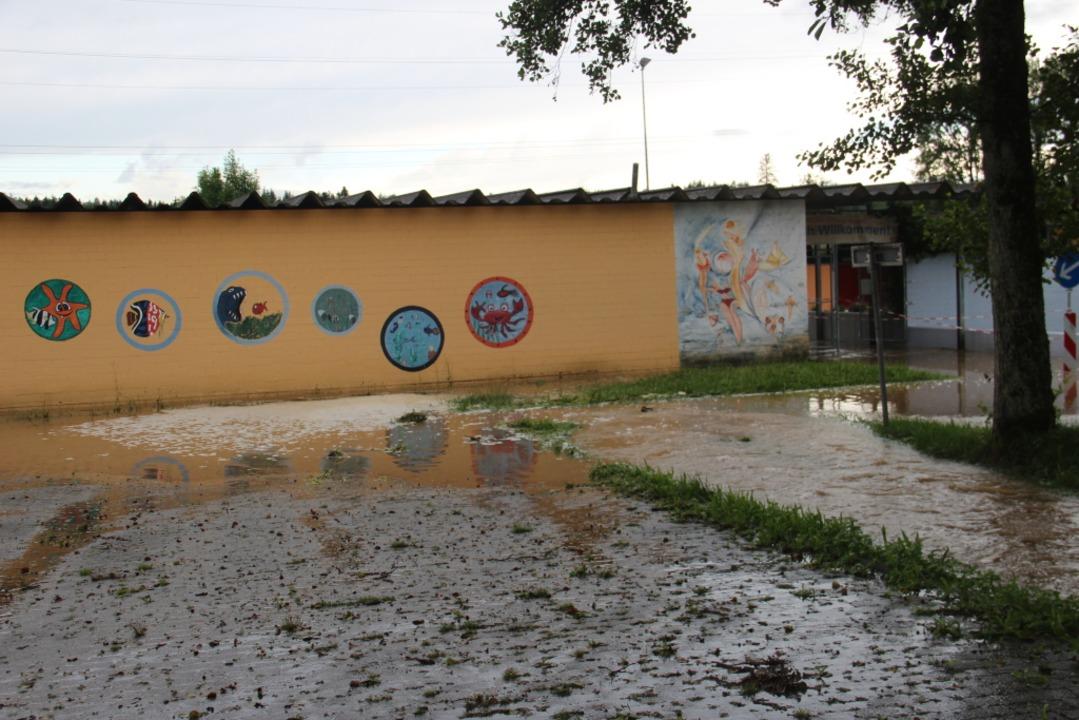 Das Schwimmbad in Schwörstadt wurde durch den Rebbach überschwemmt.  | Foto: Helmut Kohler