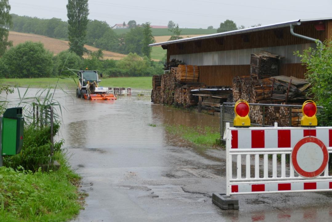 An der Hofmühle in Wollbach ist die Straße nach Maugenhard überflutet  | Foto: Victoria Langelott