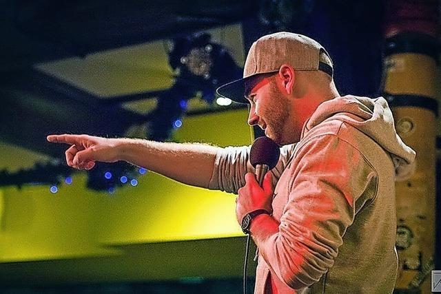 Marvin Suckut moderiert den Poetry Slam im Schlachthof in Lahr