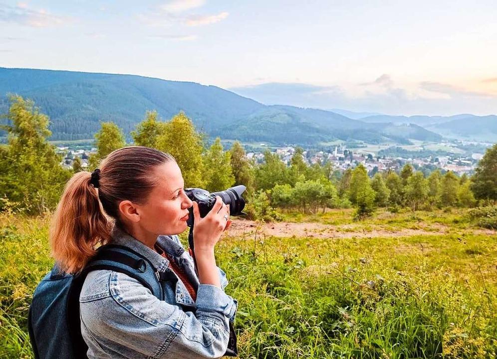 Das Auge sucht das Motiv und die Kamer...ina Szwok auf einer ihrer Fototouren.   | Foto: Karina Szwok