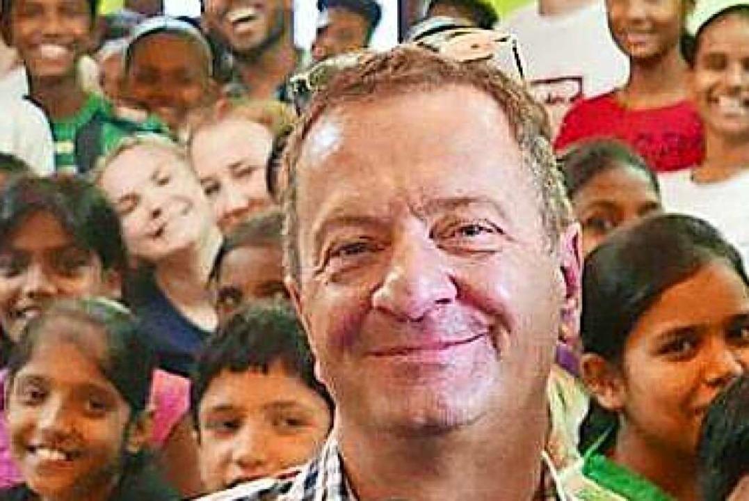 Joachim Rohrer bei einer Spendenübergabe.    Foto: Schule