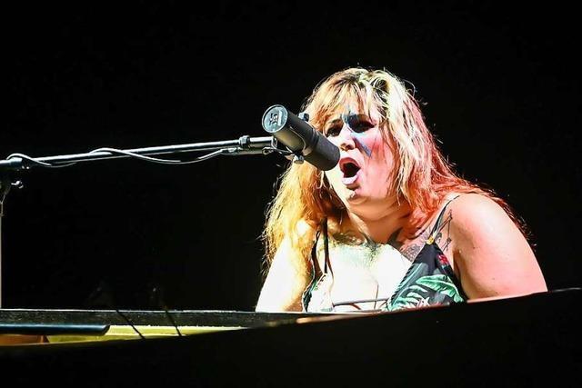 Die US-amerikanische Singer-Songwriterin Sarah McCoy vertreibt in Lörrach böse Geister