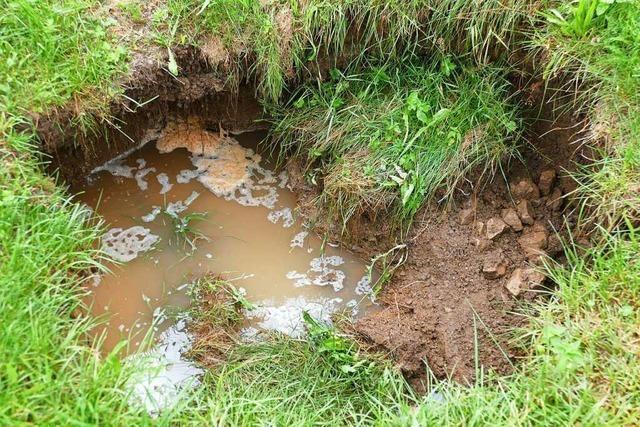 Zwei Meter tiefes Loch klafft nach Starkregen in Wutach im Boden