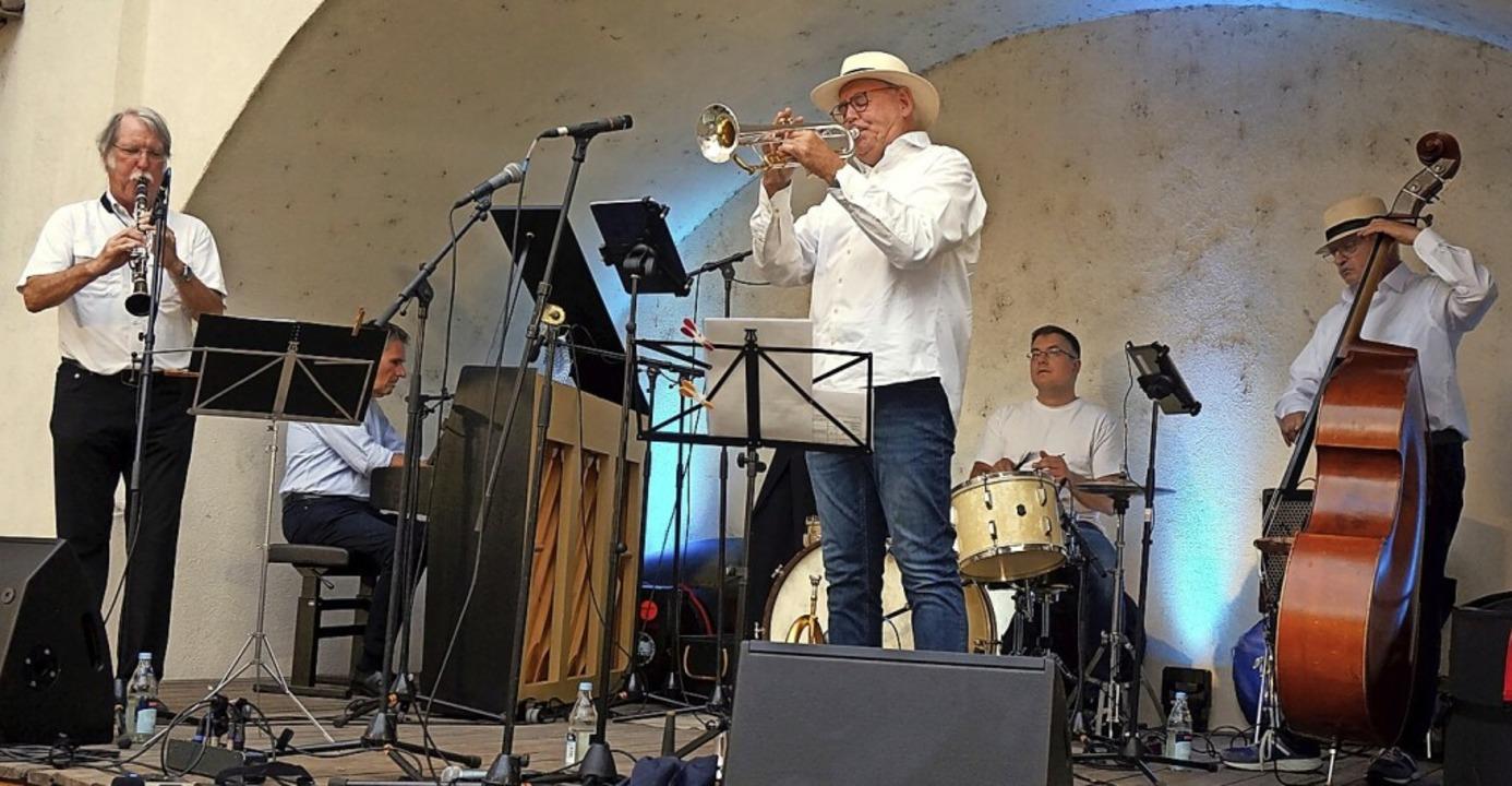 Bei den Jazz-Days im Schlossgarten wie... und der Schlagzeuger Bernard Flegar.     Foto: suedkurier