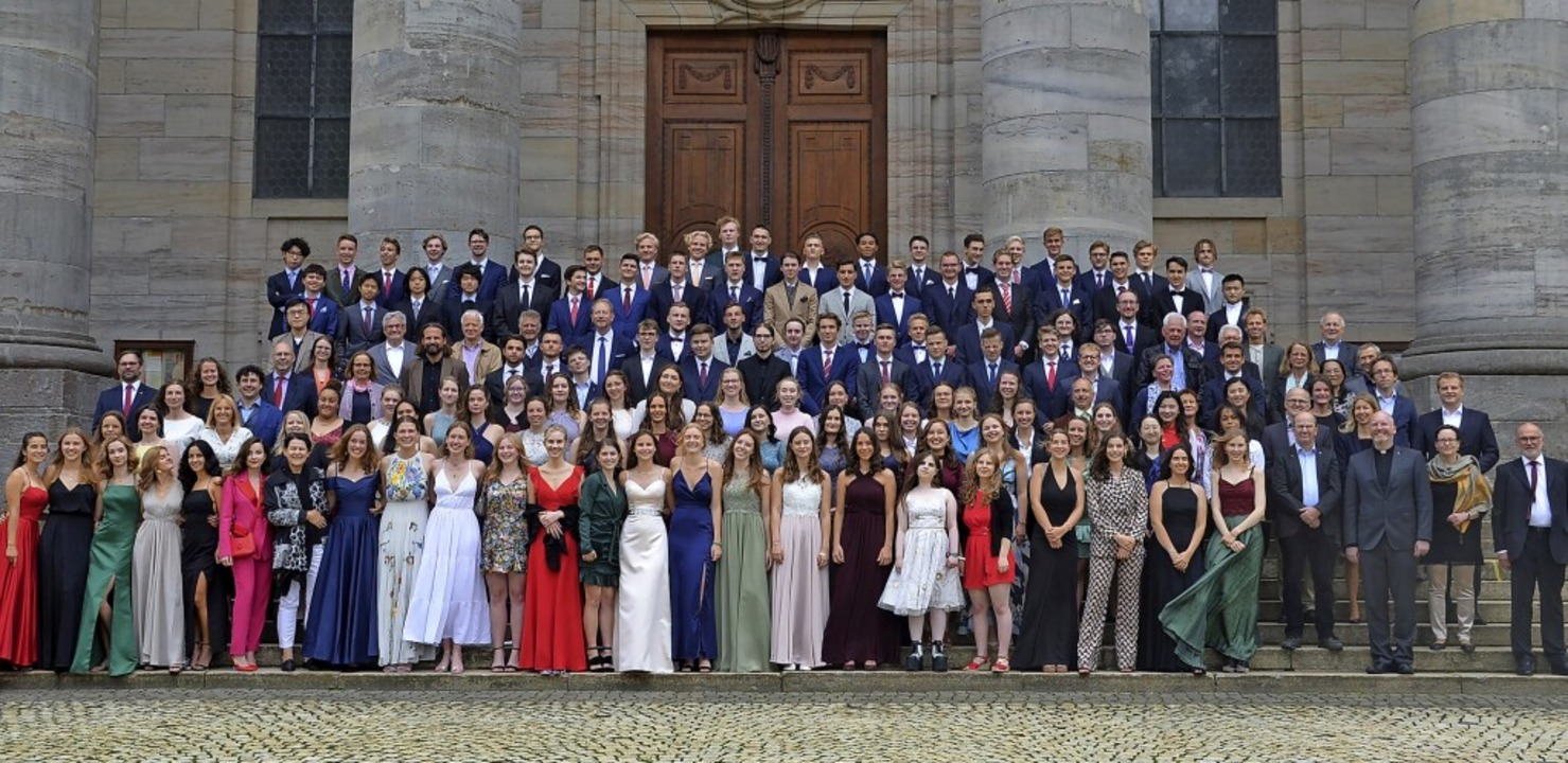 Abiturienten, Erzieherinnen und die Mi...sich über den Abschluss der Schulzeit.    Foto: Christiane Sahli