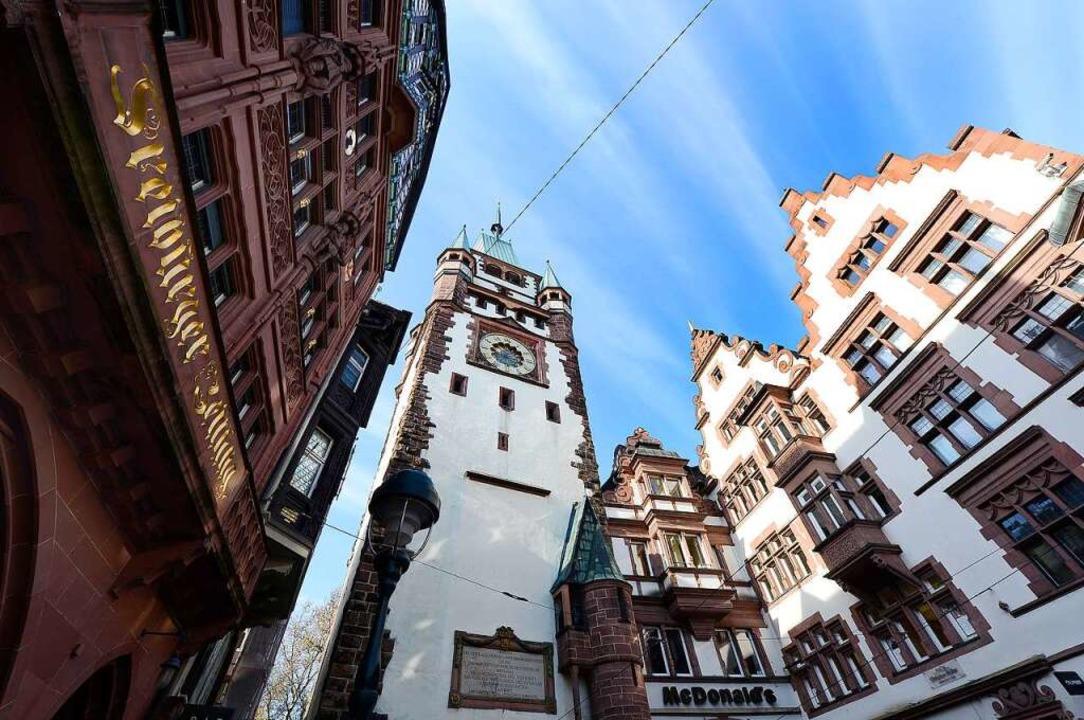 Im BZ-Haus (links) in der Freiburger I...et sich die Freiburger Lokalredaktion.  | Foto: Ingo Schneider