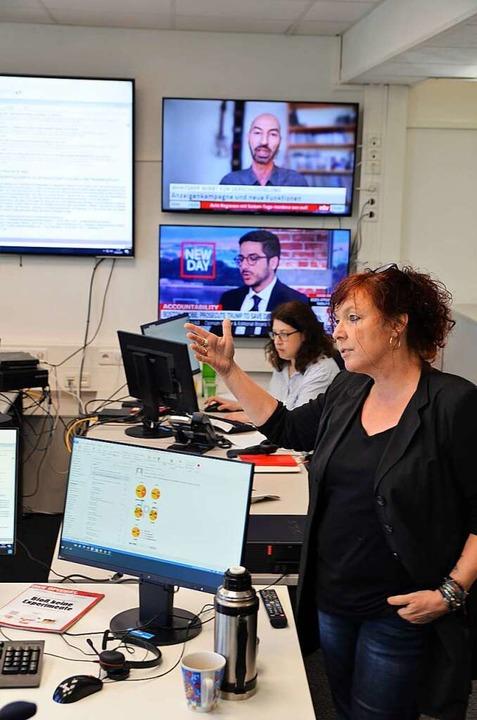 Ordnen Nachrichten ein und planen die ... Frauke Wolter (vorn) und Sigrun Rehm.  | Foto: Kathrin Blum