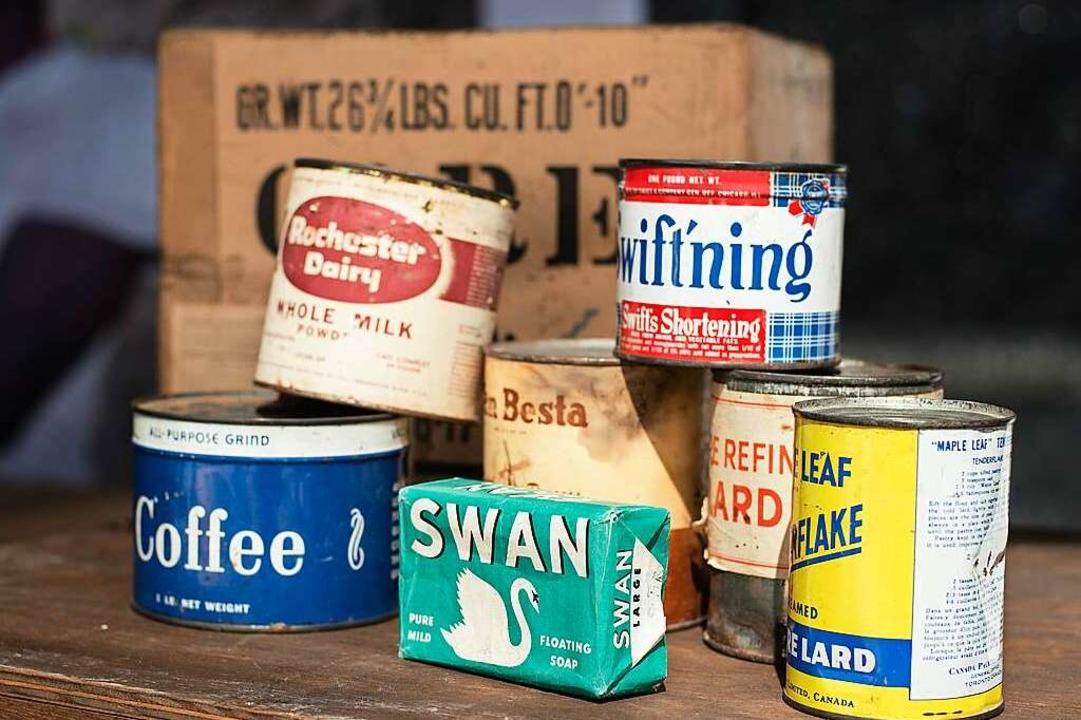 Inhalt eines Care-Pakets: Kaffee, Seife und Schmalz  | Foto: Gregor Fischer (dpa)