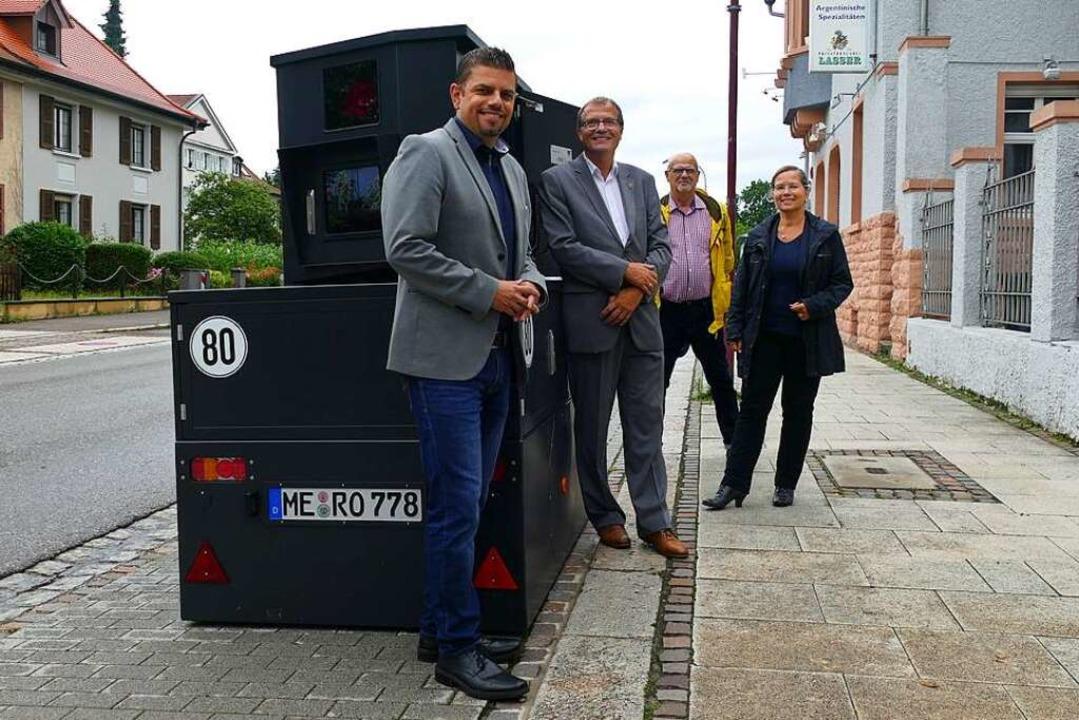Haben die neue mobil-stationäre Geschw...ker und Michael Wolf von der Firma EMV  | Foto: Stefan Mertlik