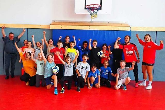 Wie Schüler in Weil am Rhein beim Fußball etwas über Politik lernen