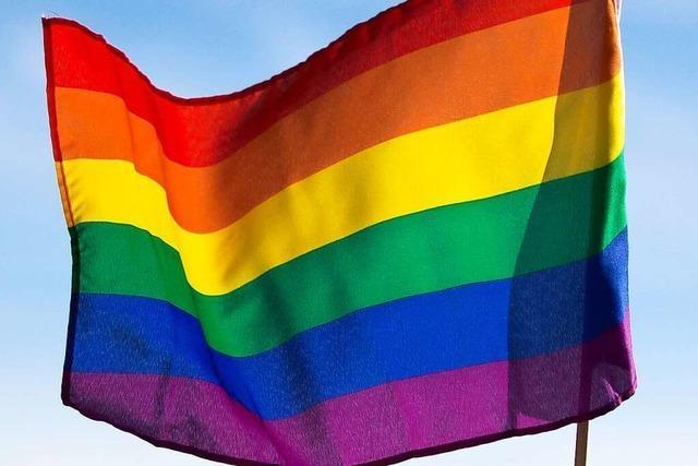 Denzlingen setzt mit der Regenbogenflagge vor dem Rathaus ein längst überfälliges Signal