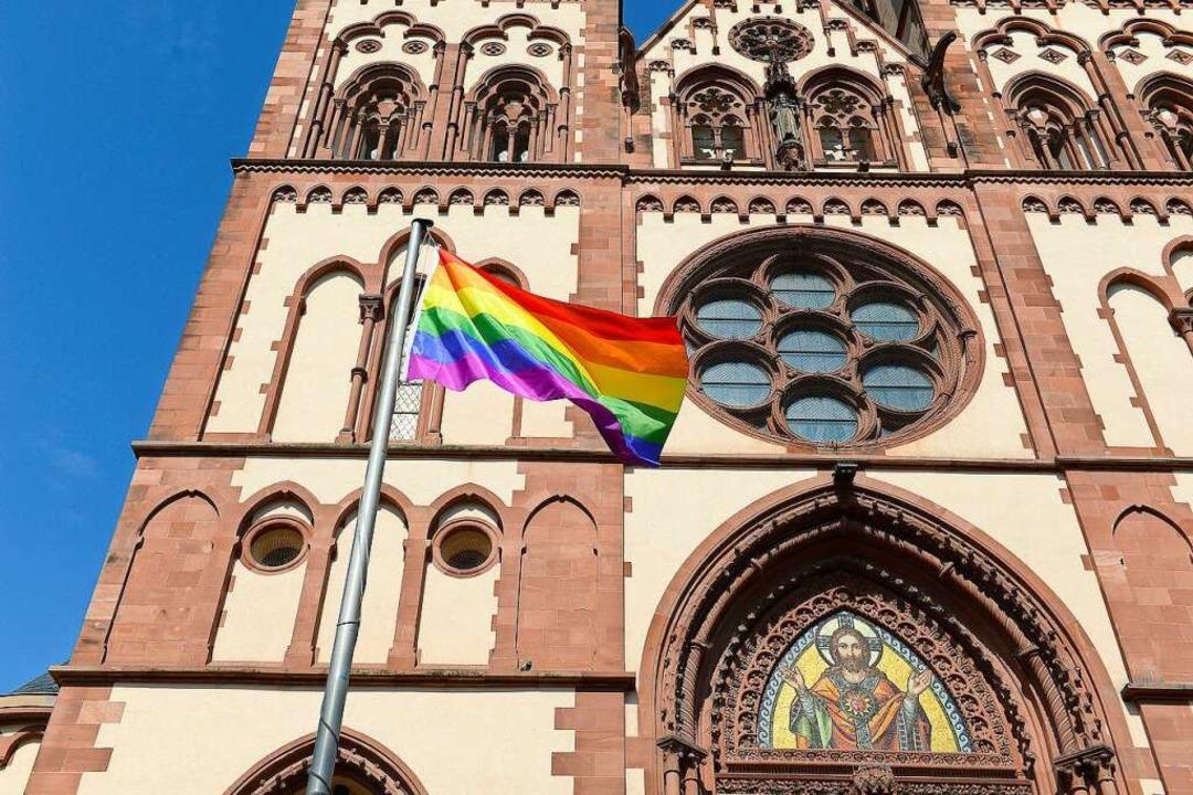 Die Herz-Jesu-Kirche in Freiburg hat eine Regenbogenfahne gehisst <ppp></ppp>  | Foto: Ingo Schneider
