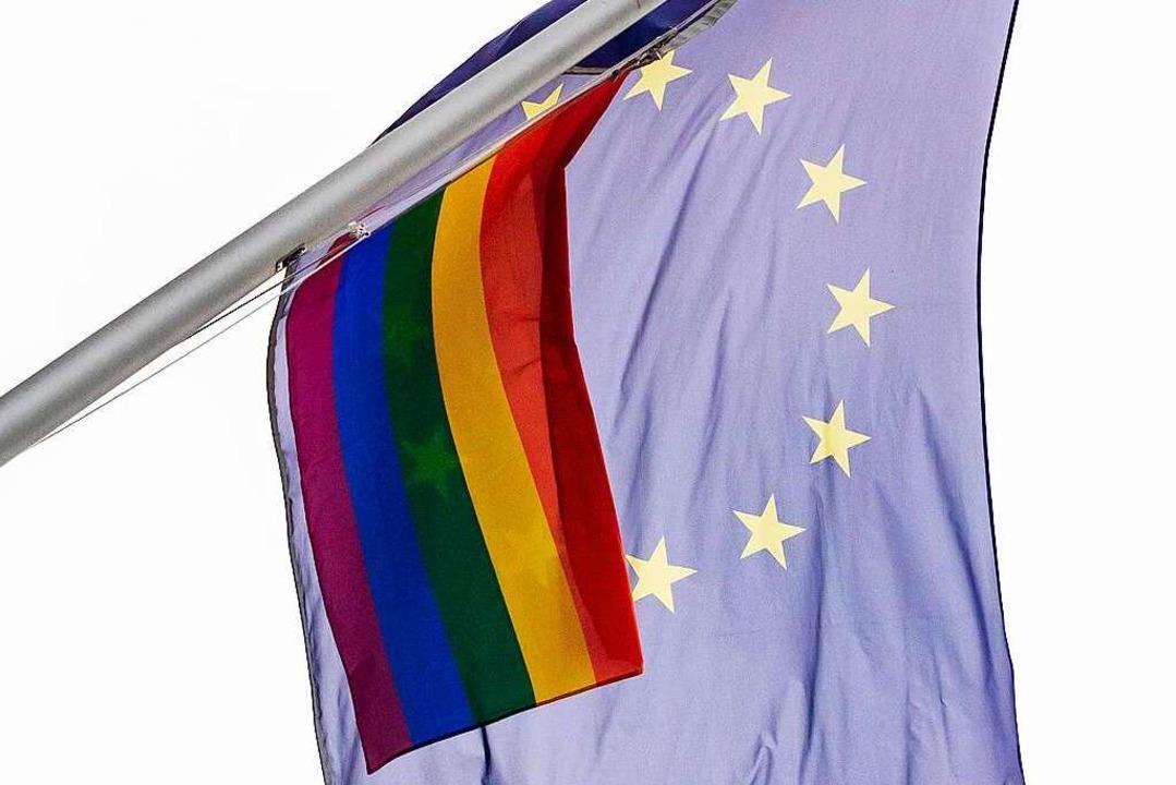 Auch an der Vertretung der Europäische...n wehte bereits eine Regenbogenflagge.  | Foto: Christoph Soeder (dpa)