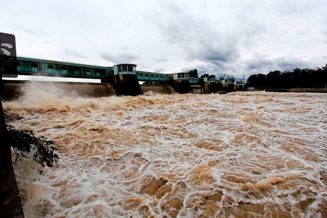 Als tosendes Gewässer präsentiert sich...ittwoch. Und die Pegel steigen weiter.    Foto: Herbert Trogus