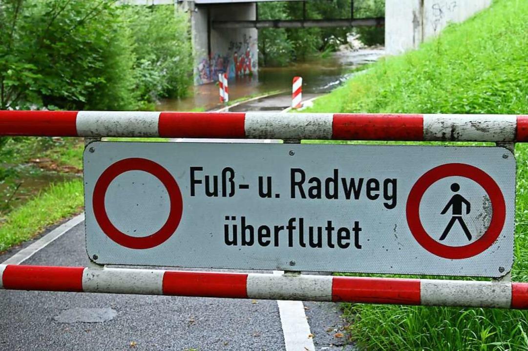 Viele Rad- und Fußwege an den Flüssen sind gesperrt.  | Foto: Jonas Hirt