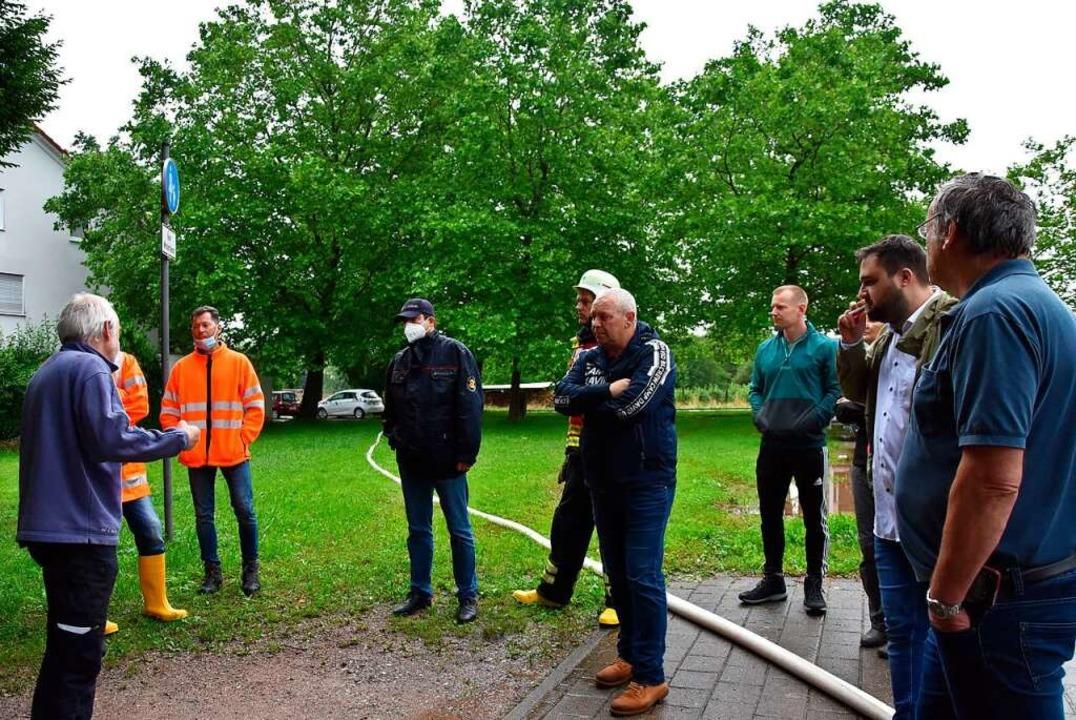 Diskussion der betroffenen Anlieger mi...Vertretern der Stadt und der Feuerwehr    Foto: Heinz und Monika Vollmar