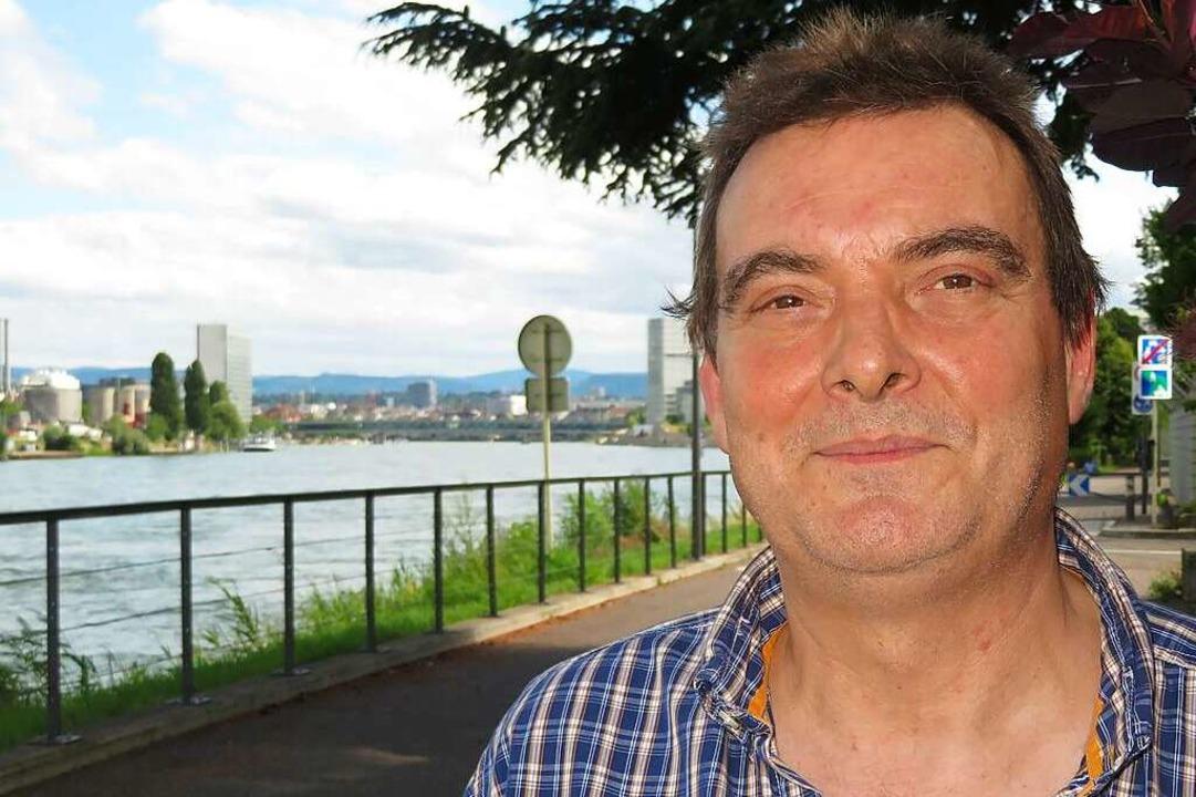 Der Lörracher Wolfgang Greiner wohnt am Rheinufer in Hüningen.    Foto: Peter Gerigk