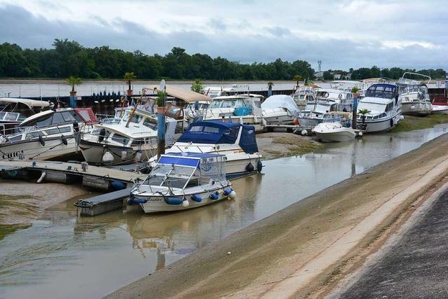 Im Weiler Yachthafen haben Boote kein Wasser unter dem Kiel