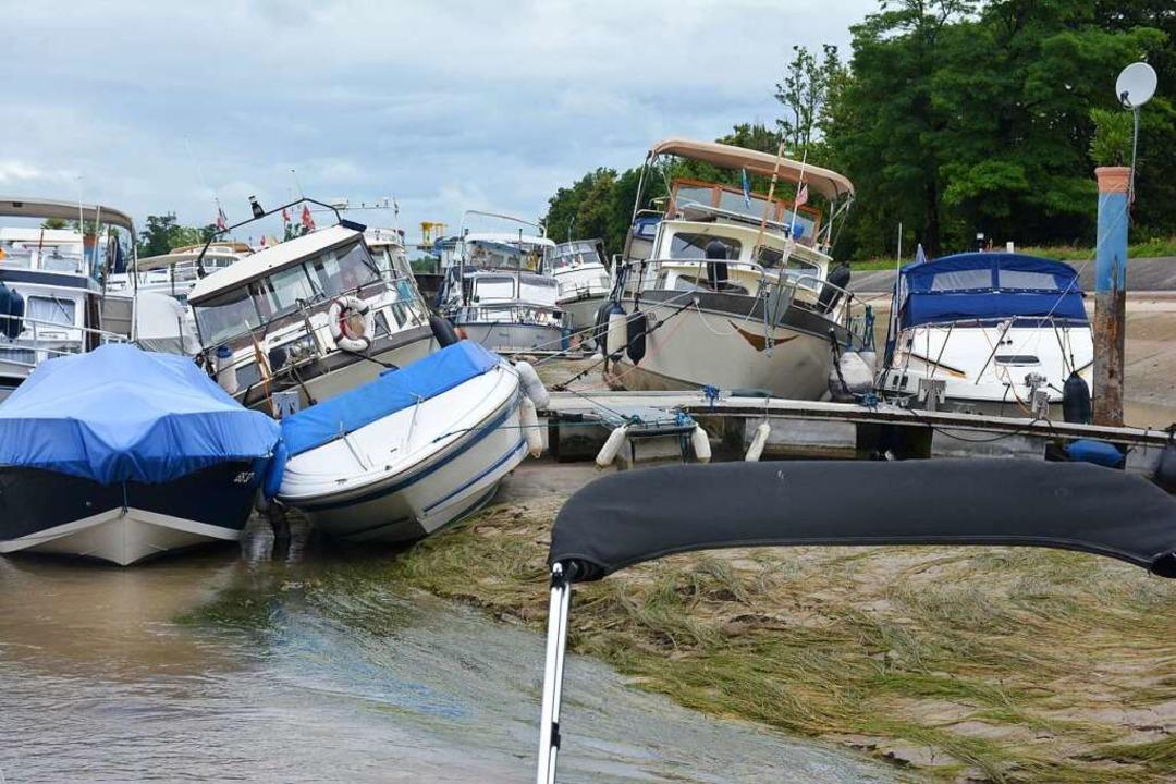 Der Wasserpegel ist durch die Stauwehr...unken. Einige Boote drohen umzukippen.  | Foto: Hannes Lauber