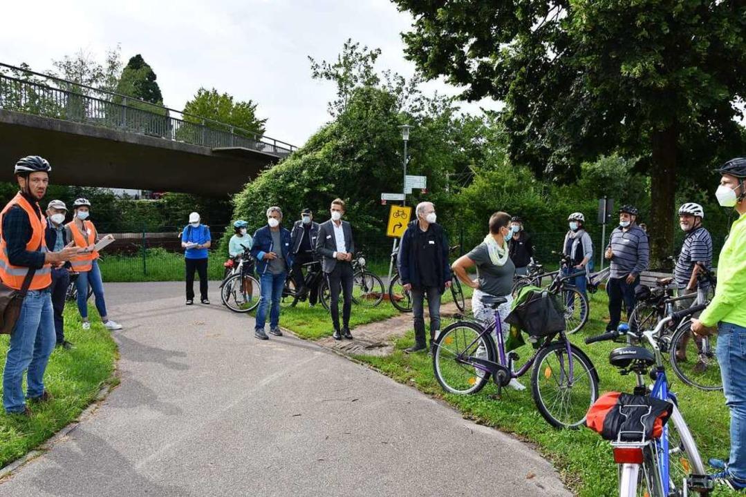 Martin Laufer (links) erläutert die mögliche Trassenführung in Gundelfingen.    Foto: Andrea Steinhart