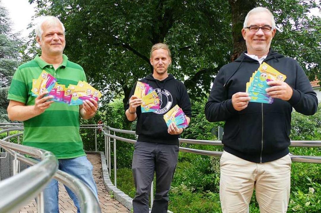 Haben das neue Sommerferienprogramm de... den abgedruckten Links in den Händen.  | Foto: Stefan Mertlik