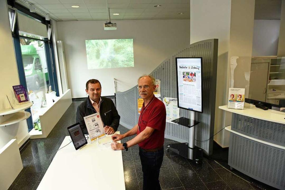 Christian Herr von der BZ  und der Arzt Harald Dörr besprechen den Ablauf.    Foto: Jonas Hirt