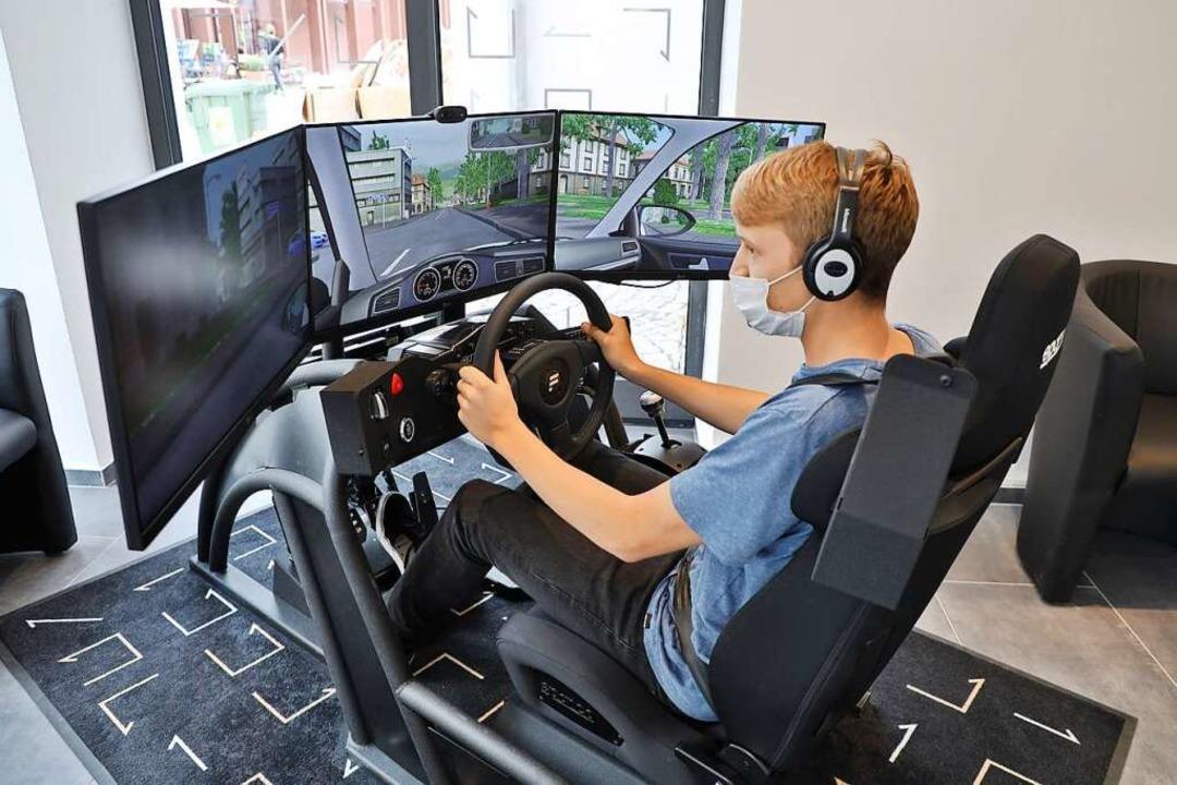 Üben am Bildschirm: Die Fahrschule Impetus verfügt über einen Fahrsimulator.  | Foto: Christoph Breithaupt