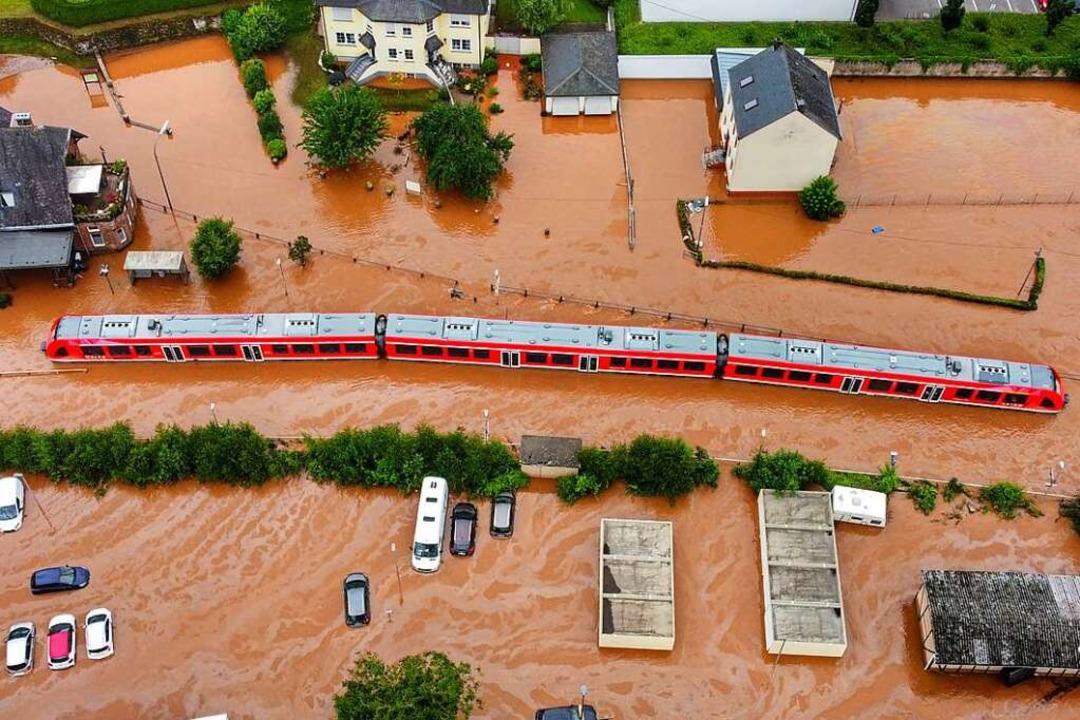 Ein Regionalzug steht im Bahnhof des O...inem Nebenfluss der Mosel, überflutet.    Foto: Sebastian Schmitt (dpa)