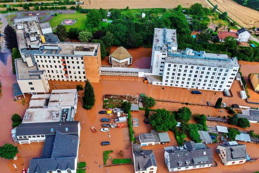 Das Klinikum Mutterhaus Ehrang in Trie...r Wasser und wurde komplett evakuiert.    Foto: Sebastian Schmitt (dpa)