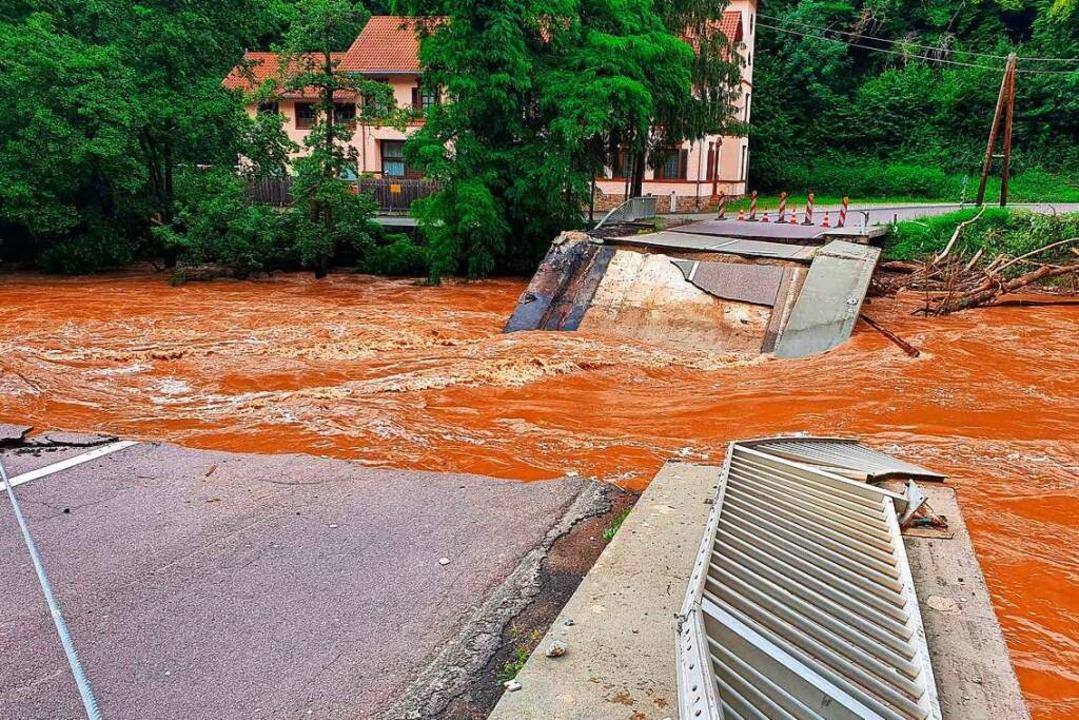 Das Hochwasser reißt Brücken weg, wie ...Ortschaft Speicher in Rheinland-Pfalz.    Foto: Sebastian Schmitt (dpa)