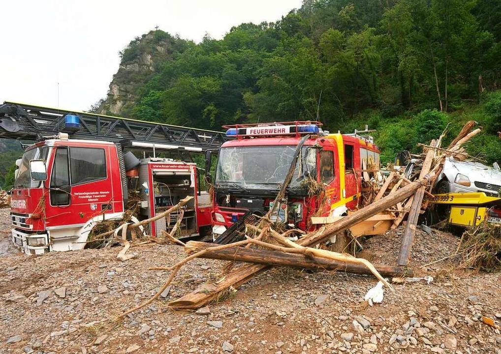 Fahrzeuge der Feuerwehr wurden in Alte...n führte zu extremen Überschwemmungen.    Foto: Thomas Frey (dpa)