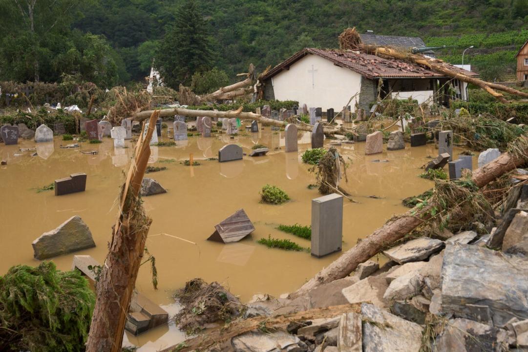 Der Friedhof in Altenahr ist vom Hochwasser überflutet.    Foto: Thomas Frey (dpa)