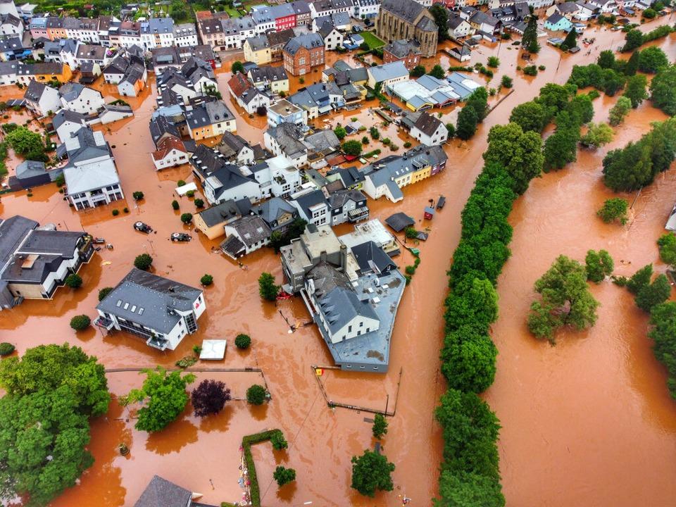Rheinland-Pfalz, Kordel: Der Ort ist vom Hochwasser der Kyll überflutet.    Foto: Sebastian Schmitt (dpa)