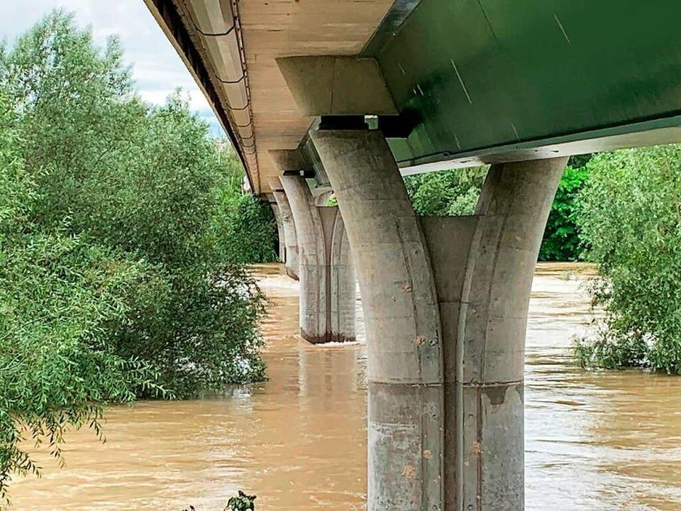 Die Rheinbrücke bei Hartheim wurde am ...g  präventiv für den Verkehr gesperrt.  | Foto: Stefan Ostermaier