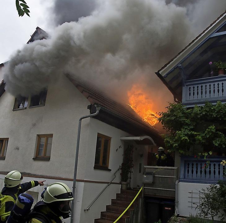Schwerer Einsatz damals für die Müllhe...Brandes auf Nachbargebäude verhindern.  | Foto: Volker Münch