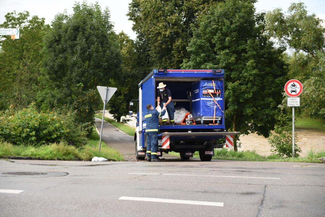 Das THW ist in Lörrach an der Wiese im Einsatz.  | Foto: Jonas Hirt