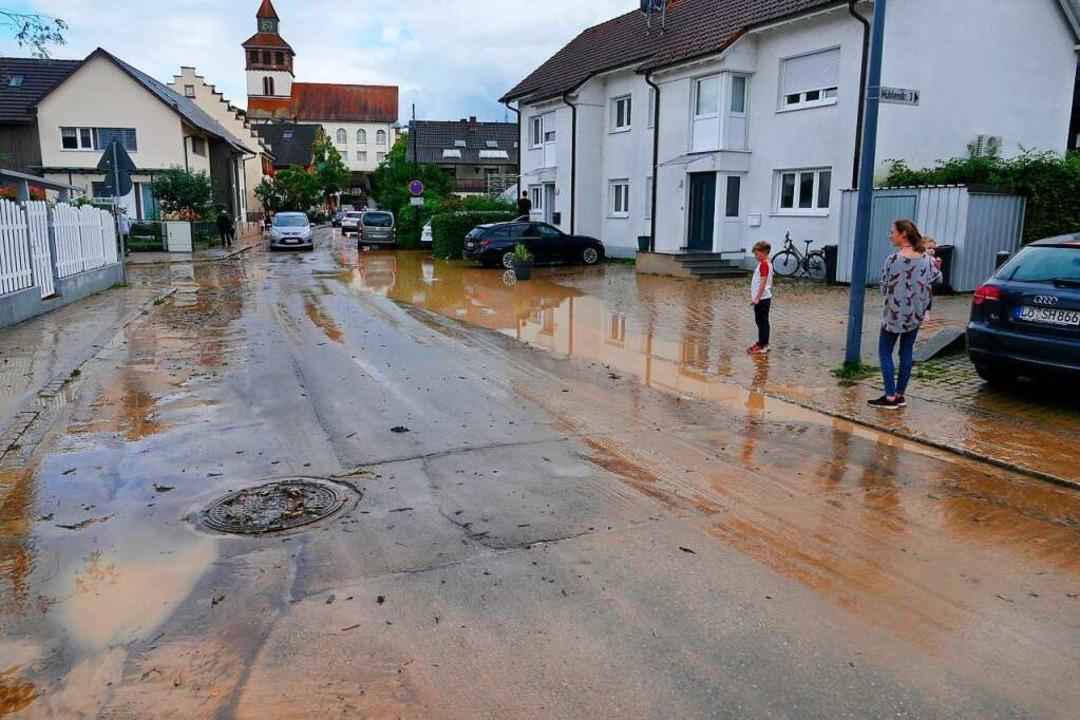 In Binzen sammelte sich das Wasser, da...auptstraße schoss, in der Mühlestraße.  | Foto: Ulrich Senf