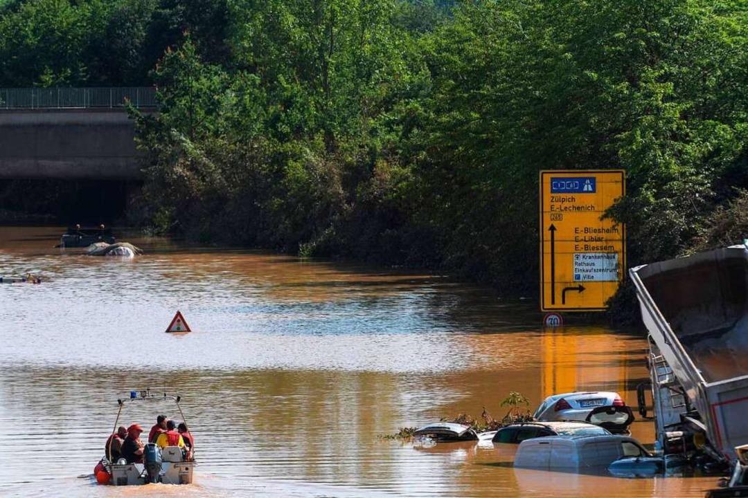 Nach dem langsamen Rückzug der Wasserm...sgebieten langsam das Ausmaß sichtbar.  | Foto: SEBASTIEN BOZON (AFP)