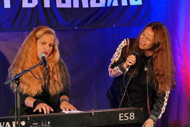 Das Frauen-Duo Suchtpotenzial rockt in Lörrach der Gürtellinie entlang