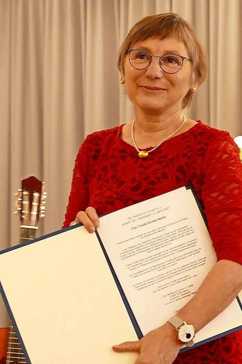 Friedel Scheer-Nahor mit der Hebelbund-Urkunde    Foto: Martina David-Wenk