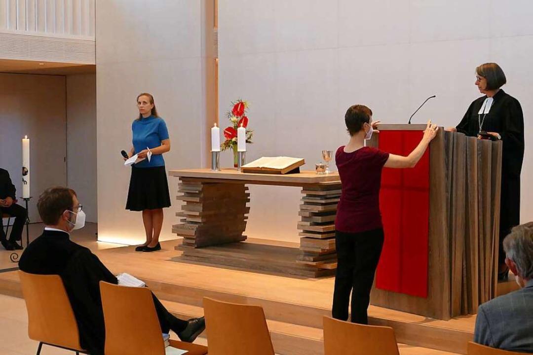 Die wichtigen Kirchengegenstände kehre...fbecken sind aus Eichenholz gefertigt.    Foto: Sylvia Sredniawa