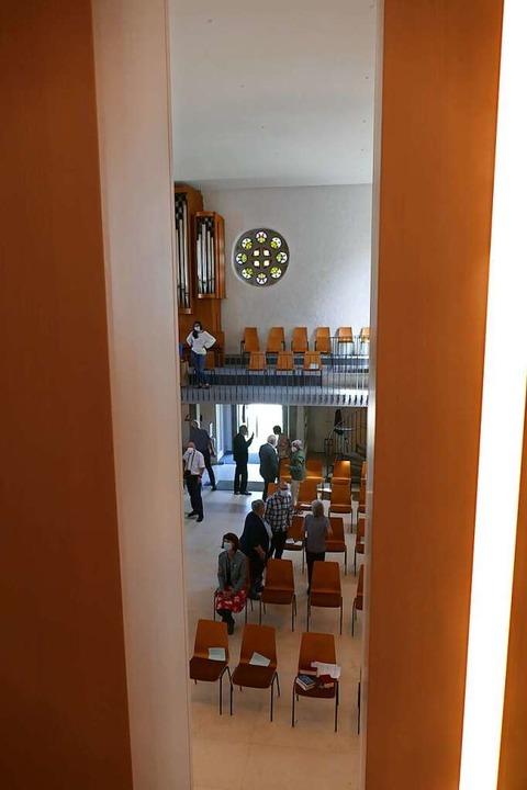 Guckspalt: von hinten durchs Kreuz in der Altarwand    Foto: Sylvia Sredniawa