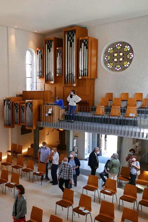 Blick auf die luftiger wirkende Empore mit Orgel    Foto: Sylvia Sredniawa